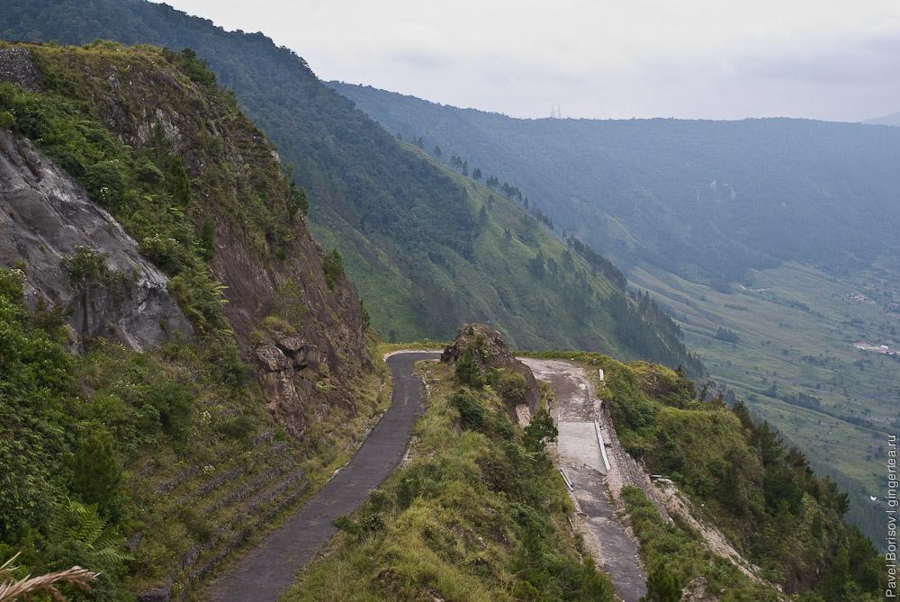Древний вулкан Тоба   по гребню кальдеры и спуск внутрь