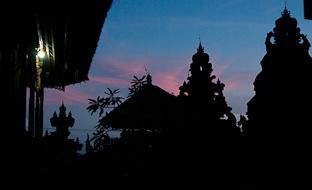 Снорклинг с маской и ластами у восточного побережья Бали.