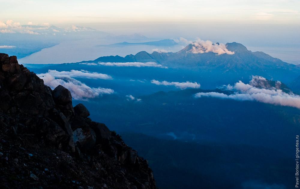 Остров Флорес на закате с вулкана Эбулобо. Индонезия
