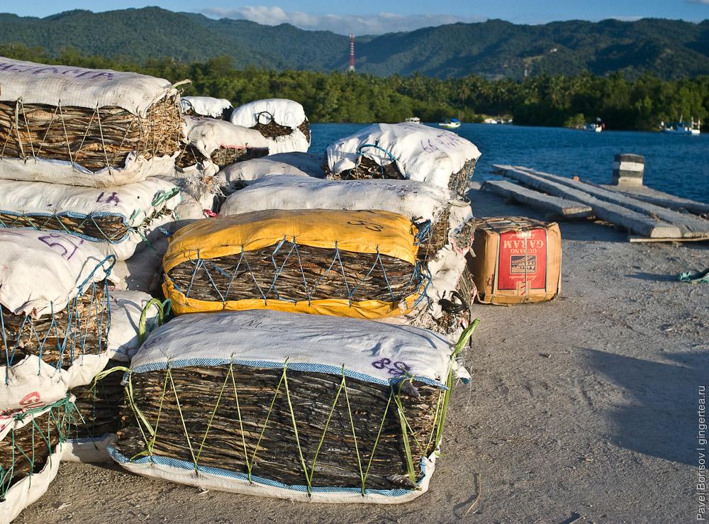 Мешки сушеной рыбы ждут погрузки на корабль на Сулавеси, sacks of dry fish wait a ship heading Sulawesi