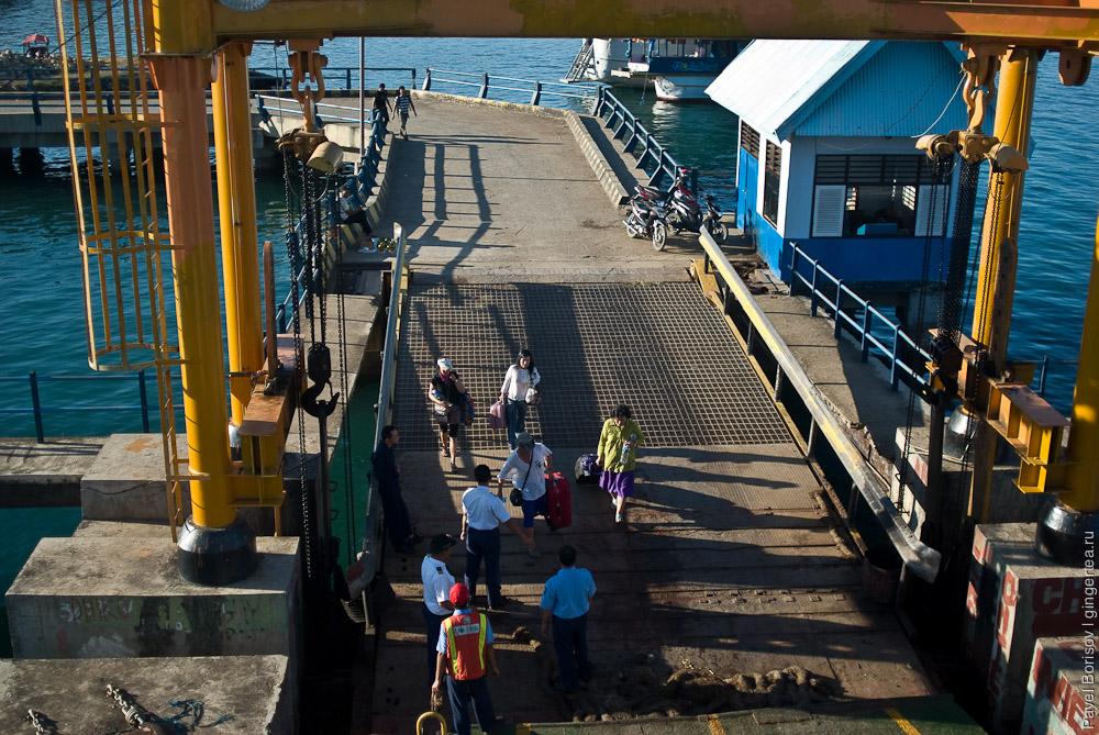 Погрузка на паром с Флореса, we leave Flores on this ferry