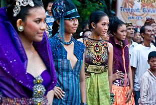 Балийские девушки - показ мод в Убуде