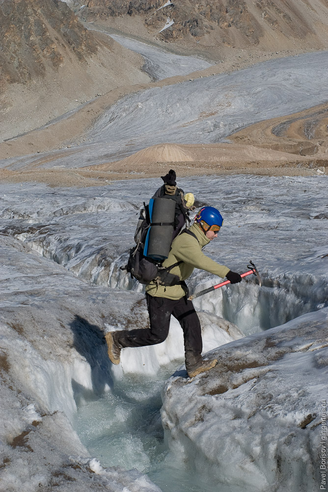 Кто как прыгает через ледовые промоины