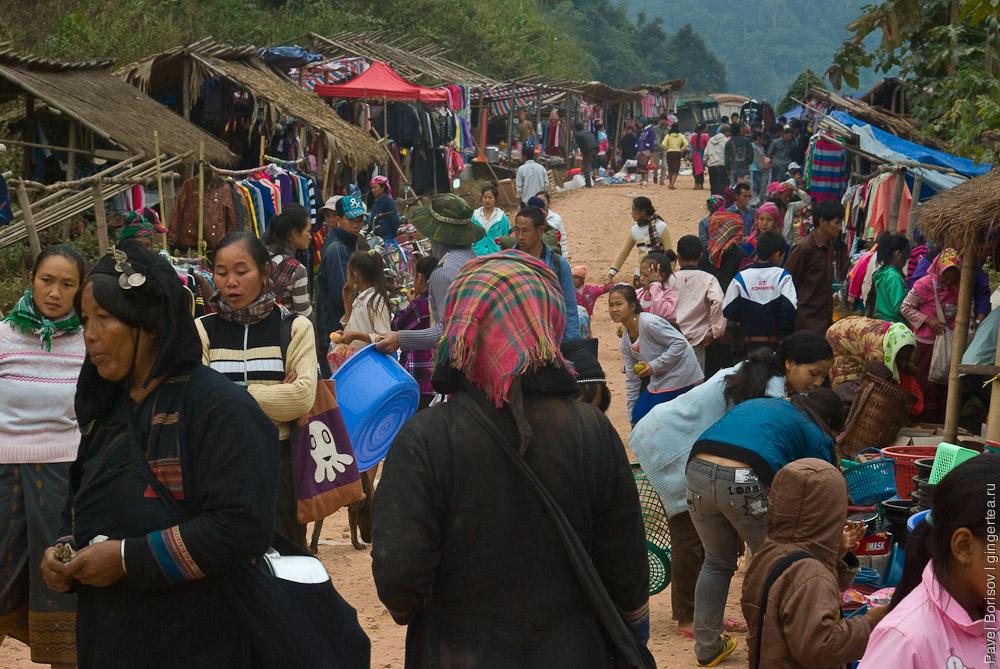 Передвижной базар в лаосской деревушке