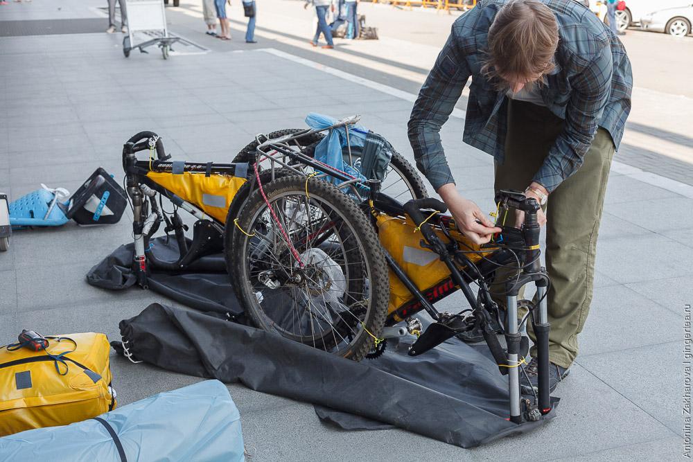 собираем велосипеды в аэропорту Иркутска