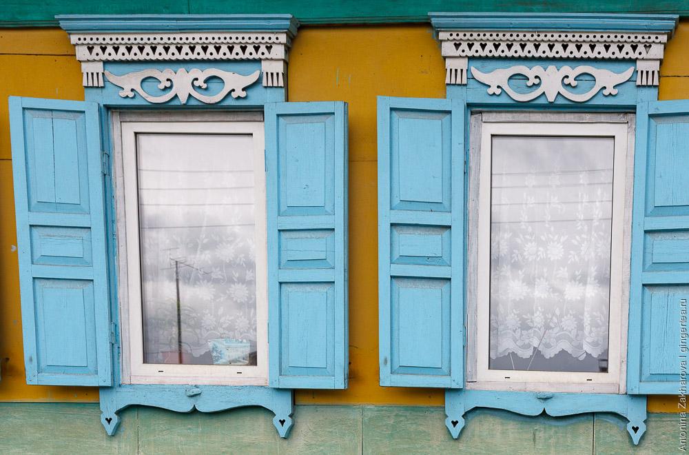окна с голубыми наличниками