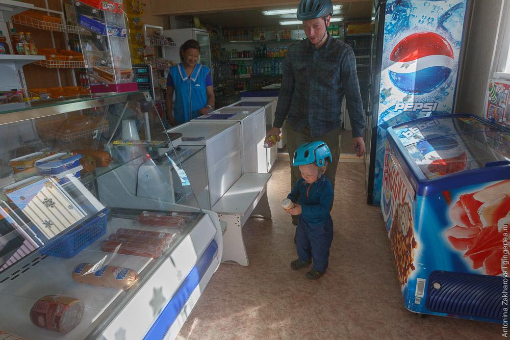 ребенок покупает мороженое в магазине