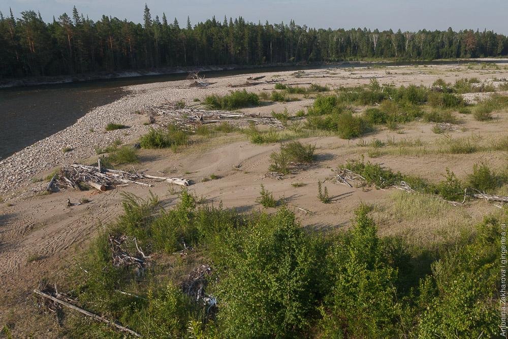 песчаная отмель на берегу реки Иркут