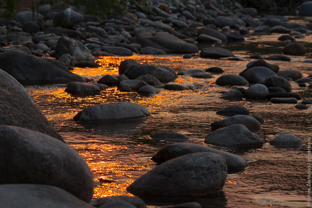 камни на реке Иркут на закате