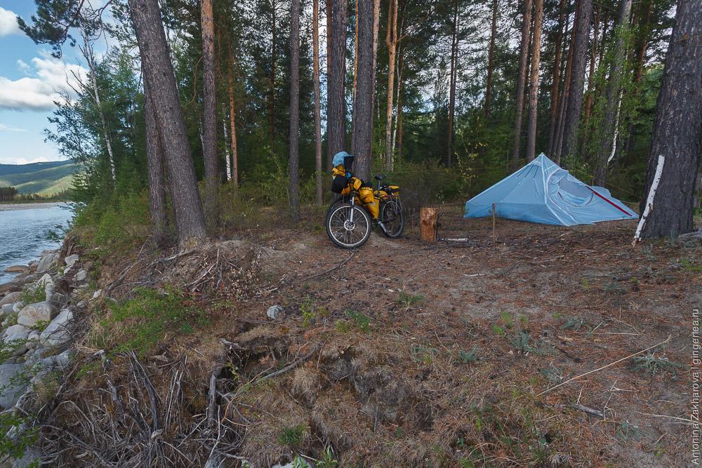 палатка и велосипеды на берегу реки Иркут