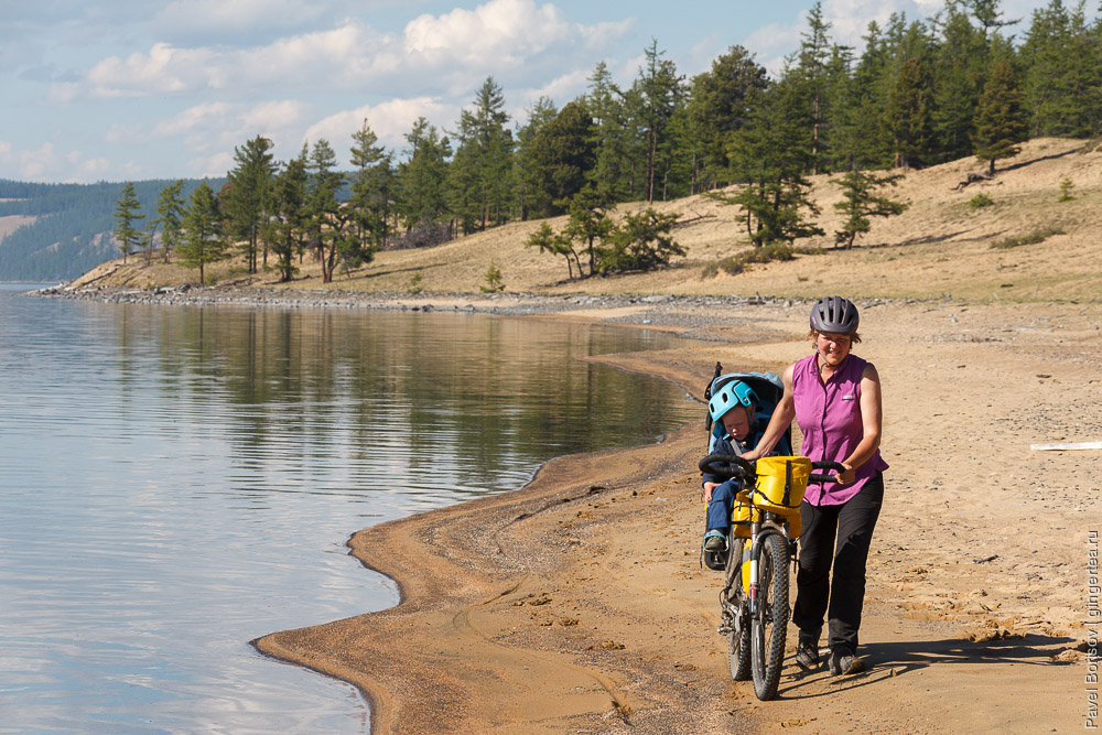 велосипед и песчаный пляж на берегу озера Хубсугул в Монголии