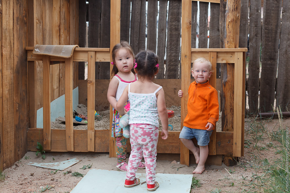 две монгольские девочки и русский мальчик
