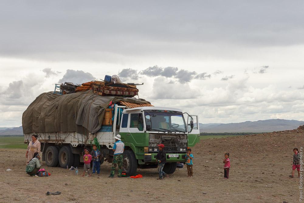 переезд юрты на новое место в Монголии