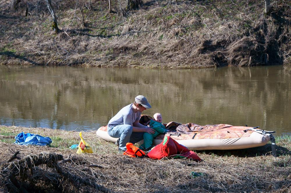 малыш в водном походе по реке Киржач