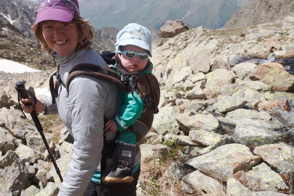 девушка в горах с ребенком в переноске